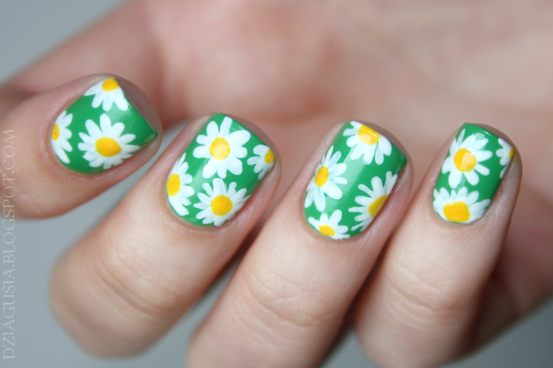 Daisies. nail art by Magda
