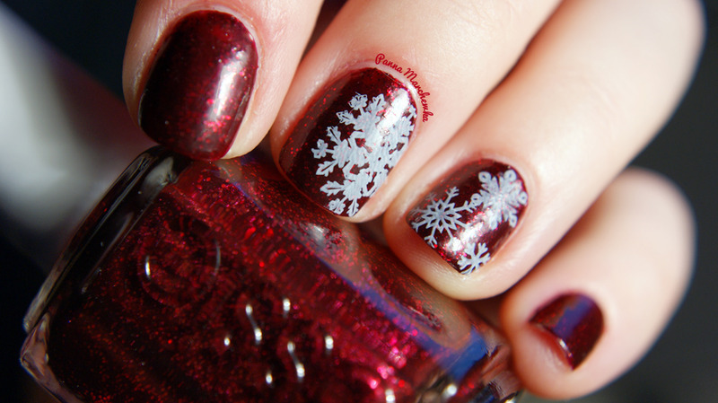 delicate snowflakes nail art by Panna Marchewka