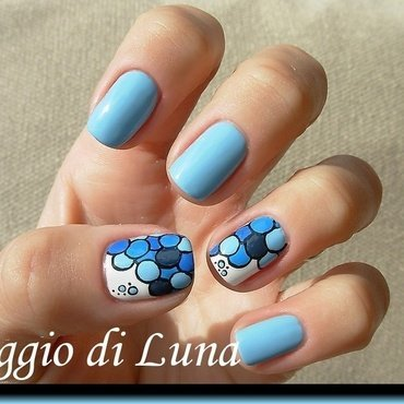 Blue bubbles nail art by Tanja