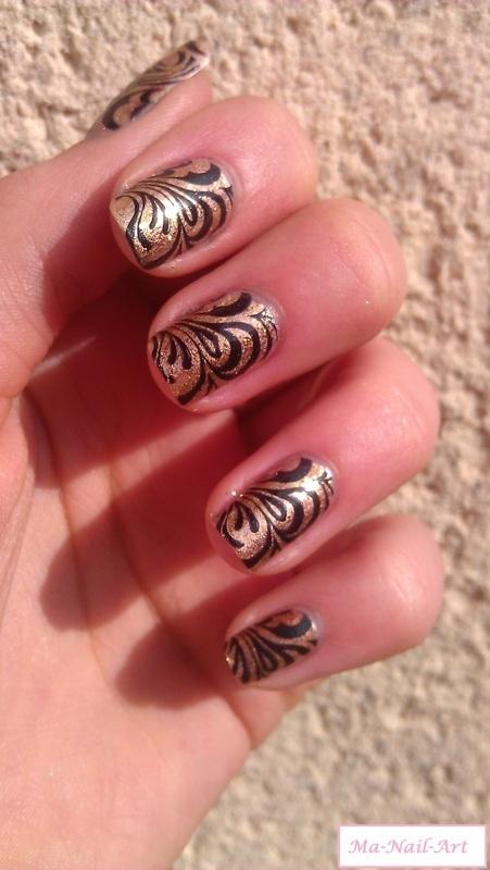 Spirales dorés nail art by Maeva Lukec