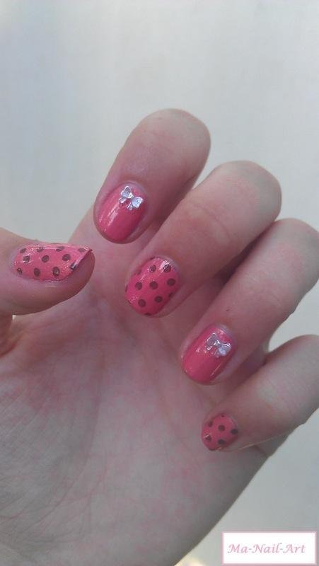 Dotting nails nail art by Maeva Lukec