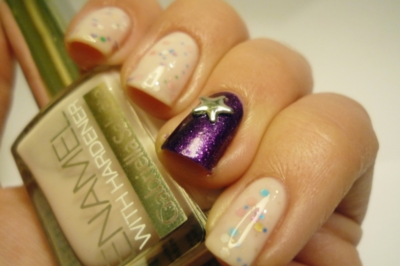 Sandwich mani with violet nail art by Romana