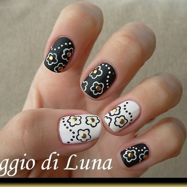 Black & white flowers nail art by Tanja