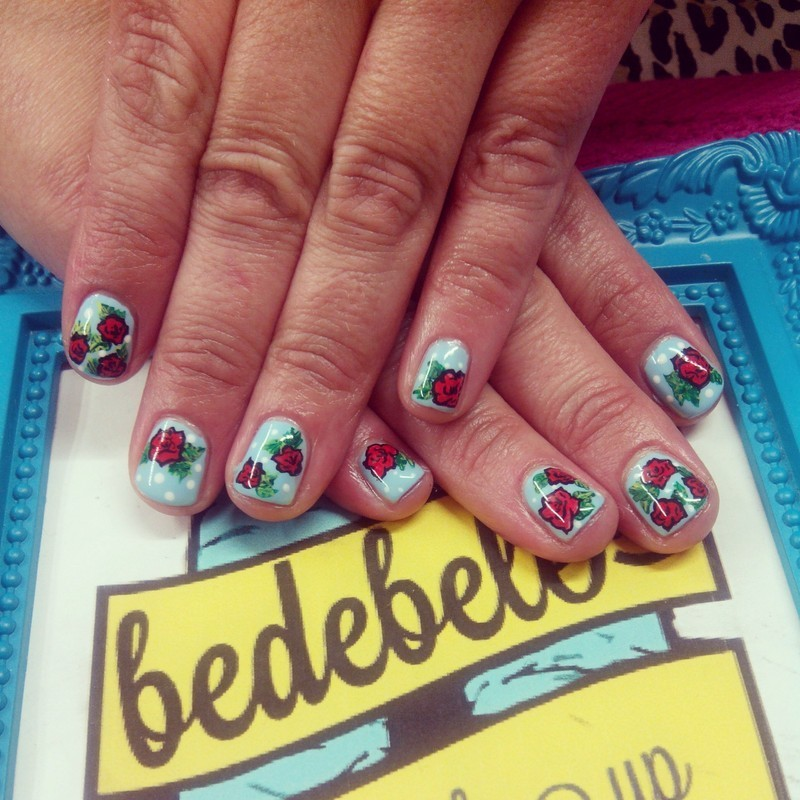 Roses Nailsmakeup nail art by Be de Bele Crew