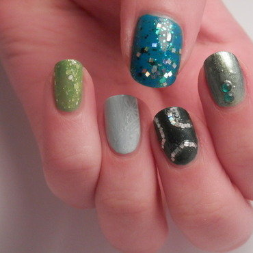 green glitter nail art by Enni