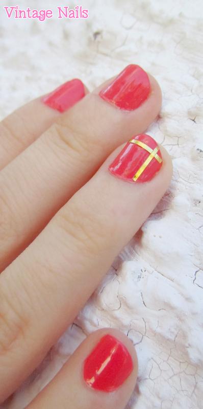 Manicura en tono coral y cinta dorada nail art by Vintage_Nails