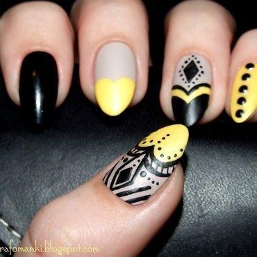 Black and yellow nail art by Paulina Domoradzka