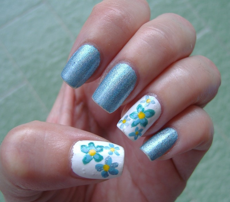 holographic & light blue flowers nail art by sissynailsmakeup