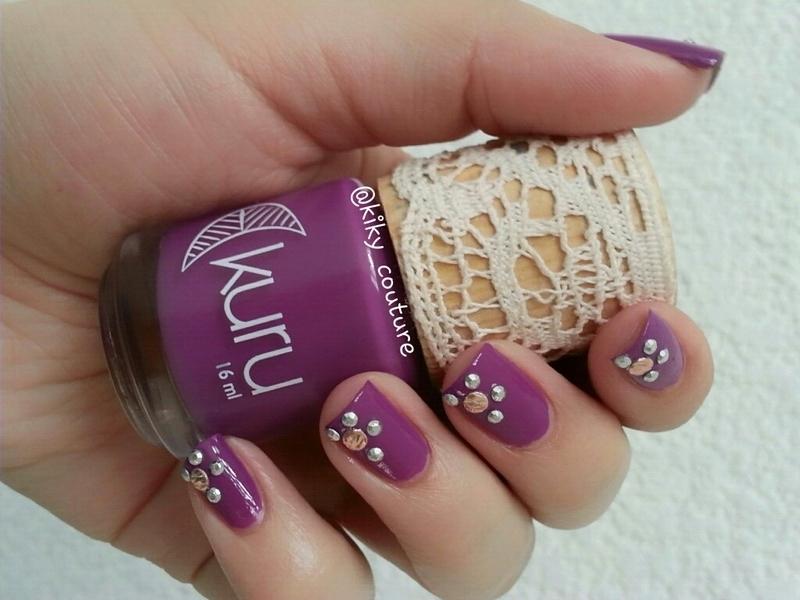 Floral nail art by Ximena Echenique
