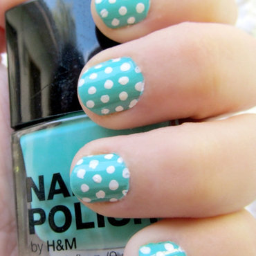 Manicura polka dots en turquesa y blanco nail art by Vintage_Nails