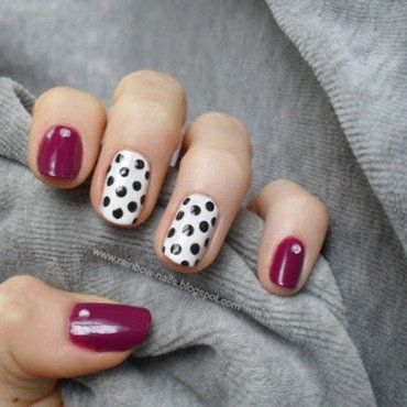 Black dots nail art by Oliwia