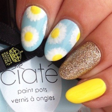 Daisy Nails nail art by Julie Awouters