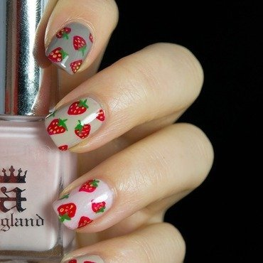 Strawberry Nails nail art by  Petra  - Blingfinger