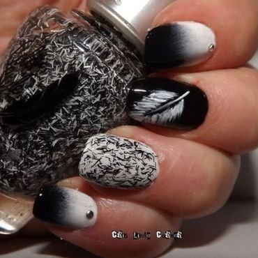 Black&whitw feather nail art by Cris'