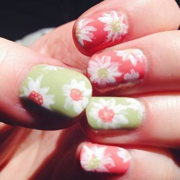 Pastel Tropical Daises nail art by Anya Qiu