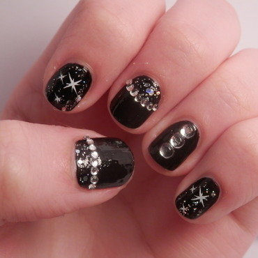 black studs nail art by Enni