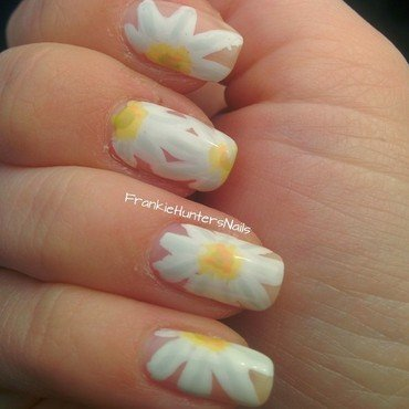 Marguerites nail art by Franziska FrankieHuntersNails
