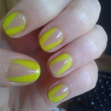 nude-neon triangles nail art by Loes