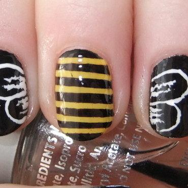 One Bee, Three Nails nail art by Iulia