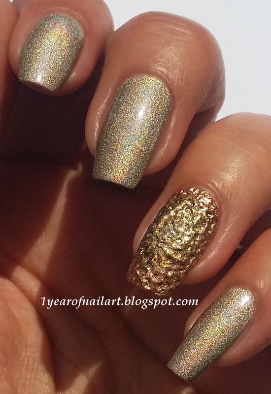 Golden holo nails with DIY textured accent nail art by Margriet Sijperda