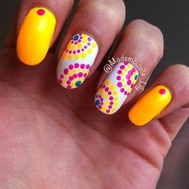 Sunny dots nail art by Emilie