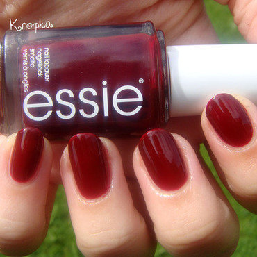 Essie bordeaux Swatch by Zosia
