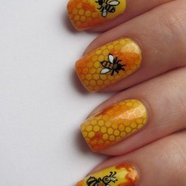 Busy Beehive. nail art by Lumi