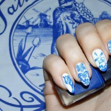 Delft Blue nail art by Paulina Domoradzka