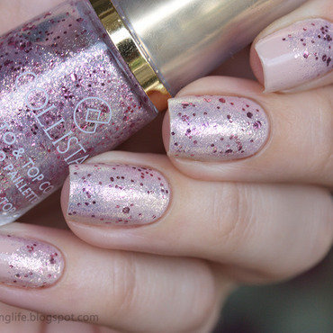 A simple glitter gradient nail art by Alena Belozerova