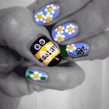 Buzzing bee  nail art by Tara Huff
