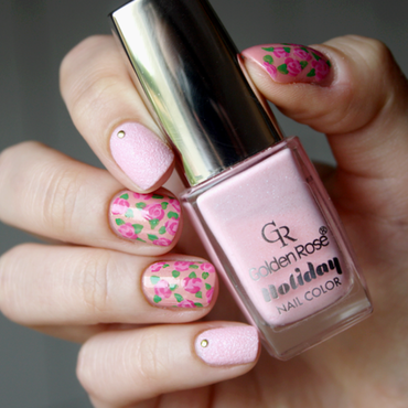 Sweet roses. nail art by Magda