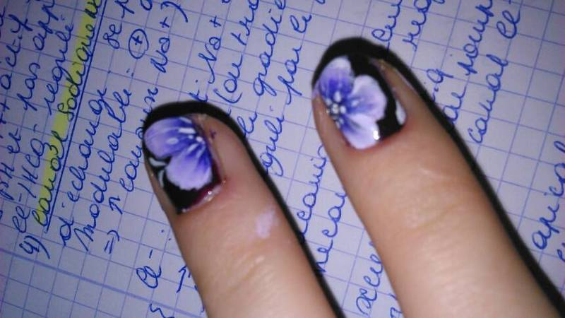 one stroke violet flowers nail art by manon des ours