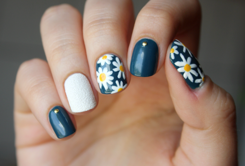 My daisies! nail art by Magda