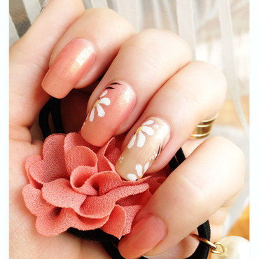 Delicate Chamomile nail art by Bazavan Diana