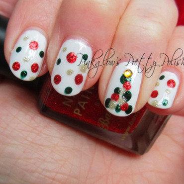 Dotty Chirstmas Tree nail art by Pinkglow