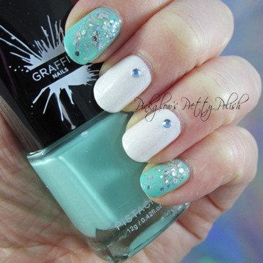 Reverse Glitter Gradient nail art by Pinkglow
