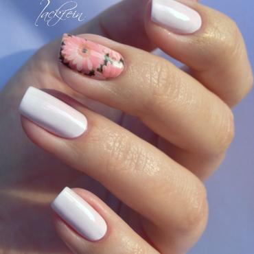 Flower nail art by lackfein