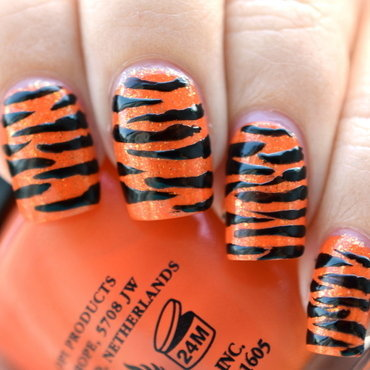 Tiger stripes nail art by Lena