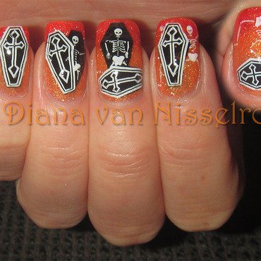 Who's that knocking in the coffin? nail art by Diana van Nisselroy