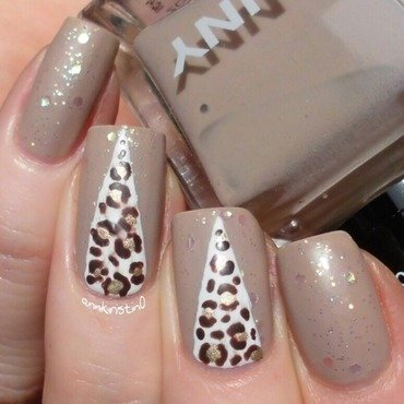 Matte Leo Accent nail art by Ann-Kristin