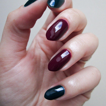 Dark green & claret nail art by Yenotek