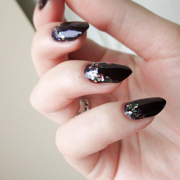 Dark plum with glitter nail art by Yenotek