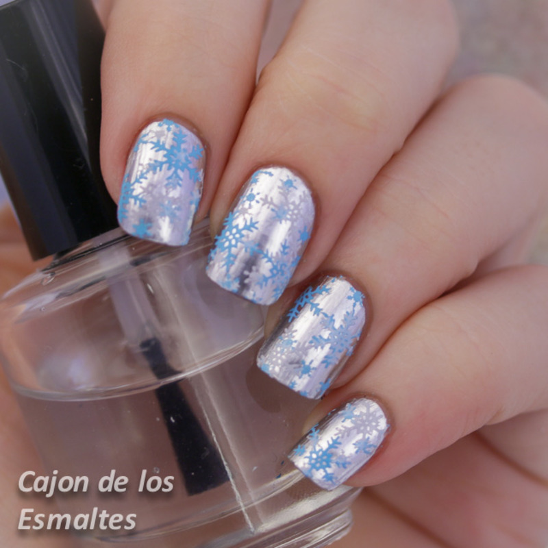Blue and white snow flakes nail art by Cajon de los esmaltes