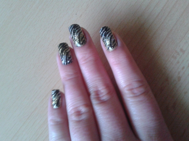 Combination of gold and silver glitters nail art by Jájis