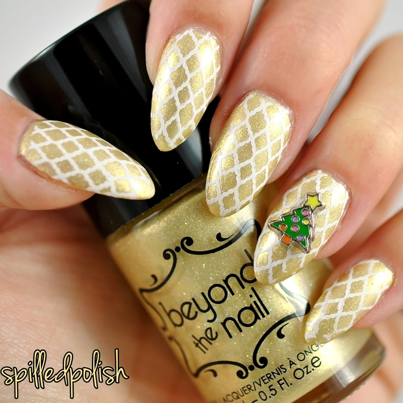 Christmas Quatrefoil nail art by Maddy S