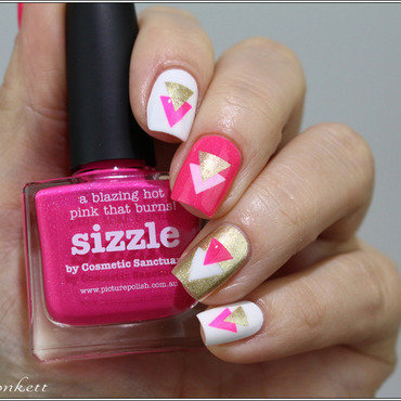 Sizzle Or et Triangles nail art by Mary Monkett