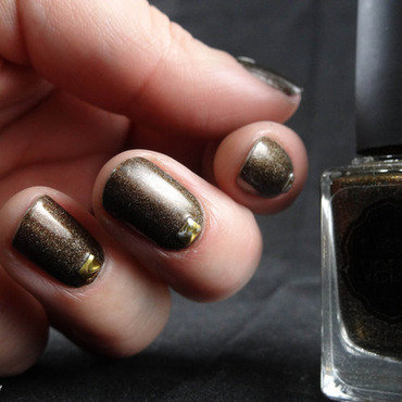 Simples golden studs nail art by Virginie