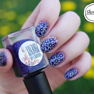 Stamped Daisies nail art by Melissa (Clavum Es)
