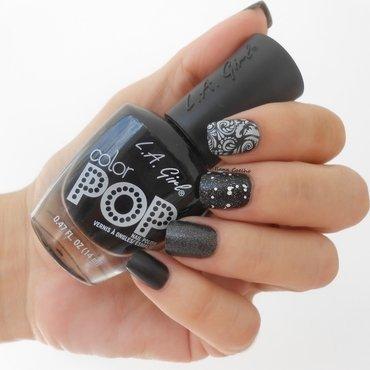 M&M B&W nail art by Ilana Coelho