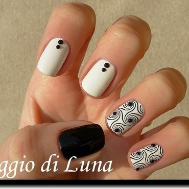 Stamping: Black swirls on white nail art by Tanja